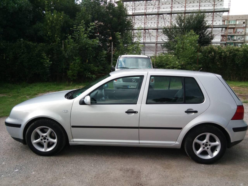 VW Golf - image 8