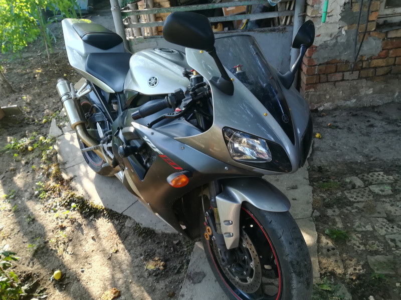 2- Yamaha YZF-R1