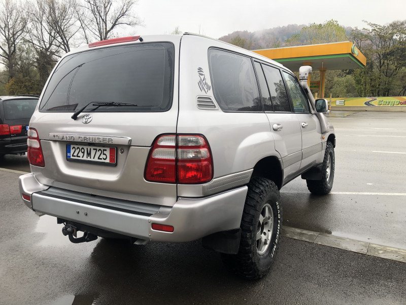 Toyota Land Cruiser - image 2