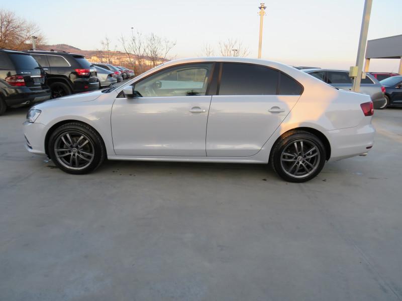VW Jetta - image 8