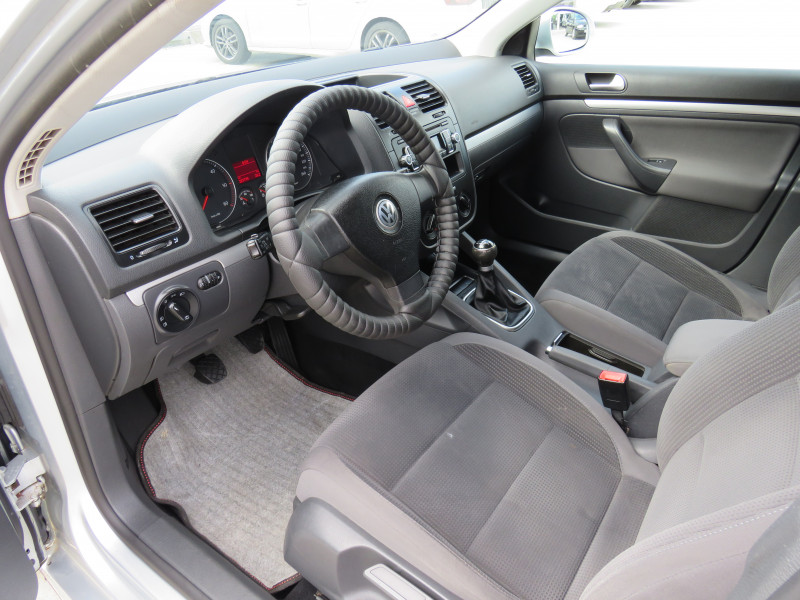 VW Golf - image 9